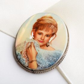 Noble Woman Portrait Pin